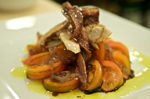 Tapa de anchoa y ventresca con tomate